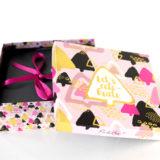 Die Pink Box im Dezember 2016 – Let's celebrate kommt im poppigen Weihnachtsdesign. Welchen Inhalt diese Beautybox enthält, zeigen wir Euch in diesem Post.  Pink Box im Dezember 2016 – Let's celebrate   Pröbchen – MANDEL PFLEGESERIE von Weleda Und das sagt die Produktbeschreibung:  Mandel […]