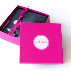 Vor einigen Tagen erhielten wir die erste Ausgabe der Pink Box in diesem Jahr. Welchen Inhalt die Pink Box New Year so mitbringt, zeigen wir Euch in diesem Post.  Die Pink Box im Januar 2017 – Pink Box New Year ALESSANDRO – NAGELLACK – Fullsize Das sagt […]