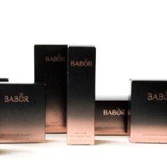 Wir möchten Euch heute einige Produkte aus dem Bereich der dekorativen Kosmetik aus dem Hause Labor vorstellen. Darunter finden sich einige Foundations, Rouge und Concealer.  Dekorative Kosmetik von Babor    AGE ID Make-up– Face Make up AGE ID Serum Foundation von Babor Das sagt die […]