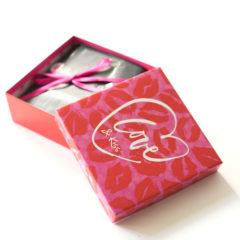 Vor einigen Tagen erhielten wir die zweite Ausgabe derPink Boxin diesem Jahr. Diese Beautybox steht ganz unter dem Motto Love&Kiss. Welchen Inhalt diePink BoxNew Year so mitbringt, zeigen wir Euch in diesem Bericht.  Die Pink Box im Februar 2017 – Pink Box Love & Kiss Batiste – […]