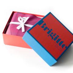 Heute möchten wir Euch die erste Brigitte Box in diesem Jahr vorstellen, die BrigitteBox Nr.1. Diese enthält 6 bis 10 Beauty-News und Bonbons sowie ein BRIGITTE Magazin.  Die BRIGITTE Box Nr. 1 im Februar 2017 CHIARA AMBRA – Schlafmaske Grüner Tee Das sagt die Produktbeschreibung: CHIARA AMBRA® […]