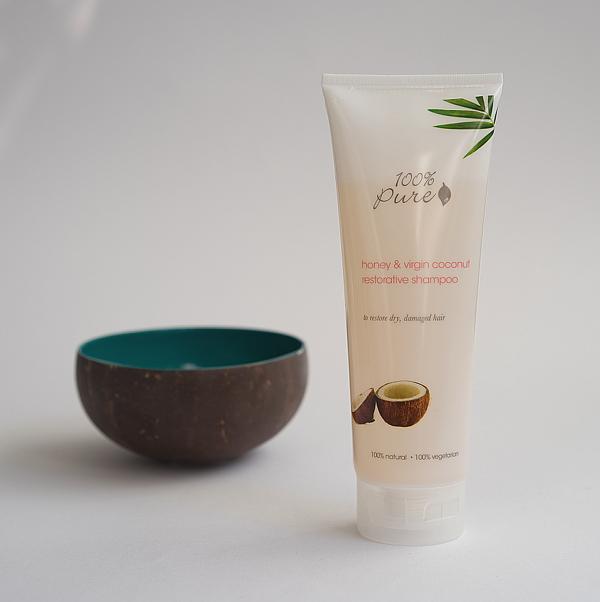 Shampoo und Duftkerze ohne chemische Inhaltsstoffe