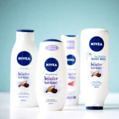 Wir möchten Euch heute die PflegeserieWinterwonnevon Nivea vorstellen. Diese besteht aus vier Produkten – einem Shampoo, einer Pflegedusche, einer In-Dusch-Bodymilk und einer Bodymilk. Die Produkte kommen mit einem tollen Duft der schön warm und angenehm ist und somit wunderbar zur Herbst- und Winterzeit passt. Hierbei handelt es sich […]