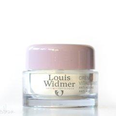 Die Crème Vitalisante soll das Hautgewebe regenerieren. Die W/O-Emulsion befördert die Wirkstoffe in tiefere Hautschichten, in denen ihre aufbauende und befeuchtende Wirkung entfalten sollen. Die enthaltenen Biostimulatoren sollen die Haut befeuchten; sie soll weich, geschmeidig und elastisch werden. Panthenol soll das Feuchthaltevermögen verbessern und irritierte Haut beruhigen. Vitamin […]