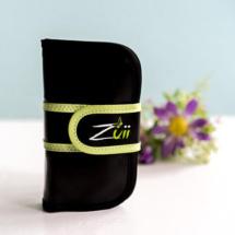Das Label Zuii Organic bietet nicht nur dekorative Naturkosmetik an, sondern hier finden sich auch einige praktische Beautyhelfer. Eines dieser praktischen Tools ist dasTravel-Pinselset. Dieses bietet ein 5-teiliges Pinselset welches in einem hübschen Pinseletui kommt. Unsere Tina hat sich das Set einmal genauer angesehen.  Travel-Pinselset von Zuii Organic Und das sagt Tina: Das Pinselset kommt […]