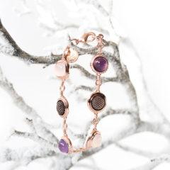 Vor einiger Zeit haben wir Euch daswunderschöne Armband in roségold – Ornament Eclipse Bracelet von Pippa & Jean vorgestellt. Heute möchten wir Euch ein weiteres Armband aus dem HausePippa & Jean vorstellen, das Water Lilly Rose Bracelet von Pippa & Jean. Auch dieses ist in einem tollenroségold gehalten. […]