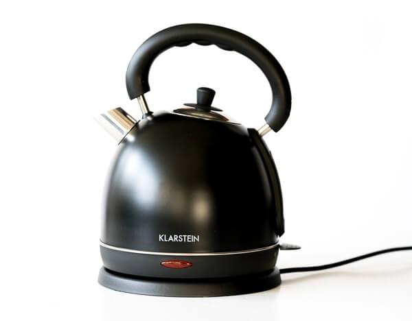 stylischer schwarzer wasserkocher teatime in edelstahl im. Black Bedroom Furniture Sets. Home Design Ideas