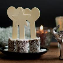 Diese Leckerei in Form von Schokolade am Stiel, eignet sich beispielsweise hervorragend als Mitbringsel zu einer Einladung oder auch als Last-Minute Weihnachtsgeschenk. Man kann den Schokoladenlollie auch als Trinkschokolade verwenden.  Schokolade am Stiel – Heisse Trinkschokolade Zutaten: Für etwa 10 Schokosticks – 50ml Sahne – 200g Vollmilchkuvertüre […]