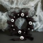 Gruselige Dekoideen – Basteln zu Halloween – Kulleraugen-Kranz