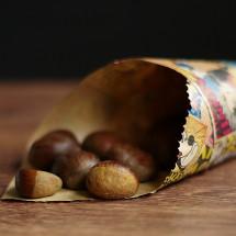 Ich liebe den nussig-süßen Geschmack von Maronen und zurzeit finden sie sich bereits ein einigen Einkaufsmärkten. Sie eignen sich perfekt zum verschenken. Ich finde es immer schön eine Kleingkeit mitzubringen wenn man irgendwo eingeladen ist. Nicht teuer und ganz einfach herzustellen ist eine Maronentüte. Dazu braucht es nur […]